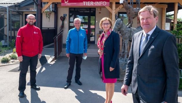 Mit Soforthilfe für Heime: Landeshauptfrau Johanna Mikl-Leitner und Tierschutzlandesrat Gottfried Waldhäusl (re.). (Bild: NLK Filzwieser)