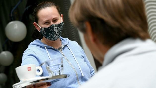 Seit dem 15. Mai dürfen alle Betriebsarten des Gastgewerbes unter Einhaltung von Sicherheitsmaßnahmen wieder aufsperren. Schutzmaßnahmen wie die Masken schrecken viele Gäste noch ab. (Bild: APA/HELMUT FOHRINGER)