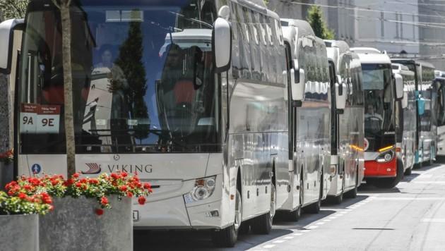 Nur noch Gäste mit Buchung sollen am Terminal in der Paris-Lodron-Straße aussteigen (Bild: Tschepp Markus)