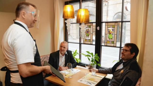 """Generalprobe vor der morgigen Restaurant-Öffnung: Hotelier Thomas Hackl (re.) vom Hotel Goldener Adler erklärt Markus Gassler (""""Krone""""), was in Zukunft auf die Gäste zukommt. (Bild: Christof Birbaumer)"""