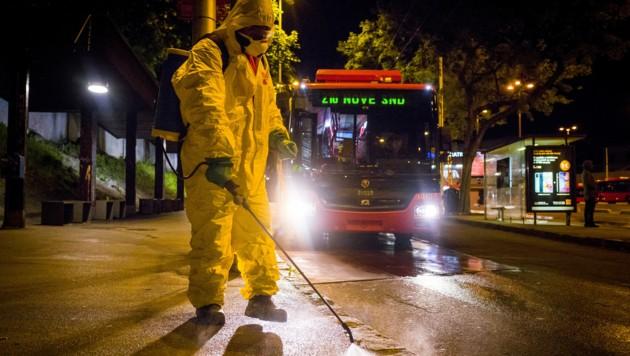 Arbeiter beim Desinfizieren einer Straße in der slowakischen Hauptstadt Bratislava