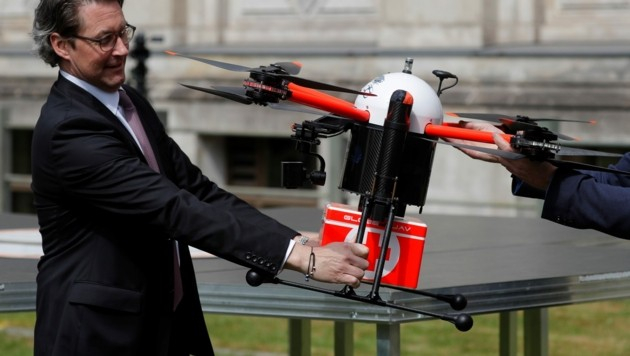 """Verkehrsminister Andreas Scheuer mit der """"MediFly1""""-Drohne (Bild: AFP)"""