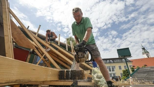 Franz Hillerzeder, Obmann der Seebühne Seeham, beim Abbau der Bühne. (Bild: Tschepp Markus)