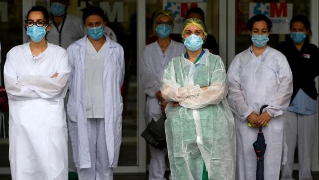 Ärzte in Madrid gedenken der verstorbenen Kollegen. (Bild: AFP)