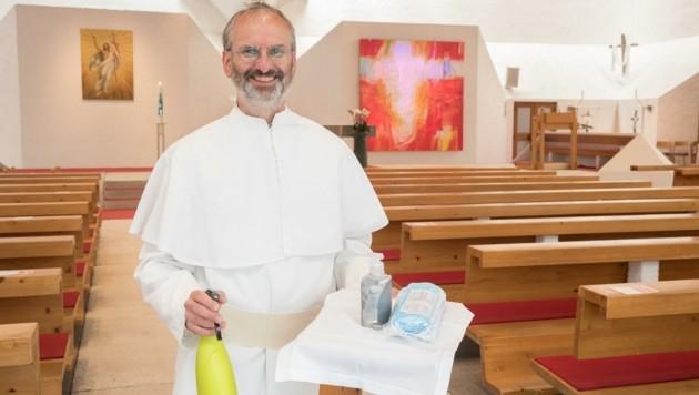 Pfarrer Christoph Pernter aus Völs mit den neuen Mess-Utensilien. Die Gläubigen können kommen. (Bild: Christian Forcher)