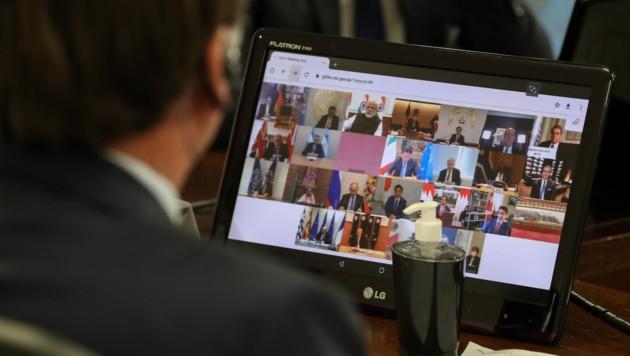 Der brasilianische Präsident Bolsonaro während einer Videokonferenz mit den Staats- und Regierungschefs der G20 im März - damals duschte niemand. (Bild: AFP)