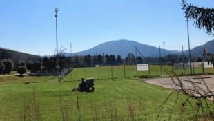 Die Rasenpflege läuft - die steirischen Amateur-Fußballer haben seit gestern Trainingserlaubnis. (Bild: Volker Silli)