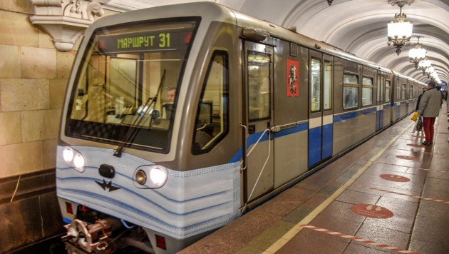 Diese U-Bahn-Garnitur aus Moskau wurde - passend zur momentanen Ausnahmesituation - eine Schutzmaske verpasst. (Bild: AFP)