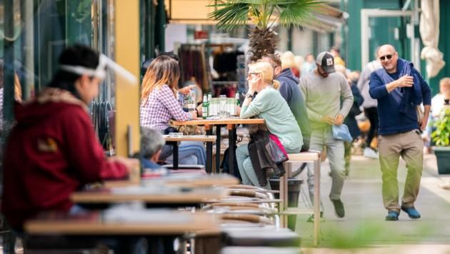Gute Stimmung am Wiener Naschmarkt (Bild: APA/GEORG HOCHMUTH)