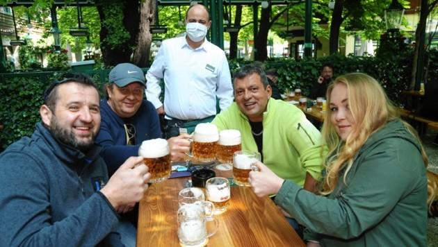 Zufriedene Gäste im Schweizerhaus in Wien (Bild: Klemens Groh)