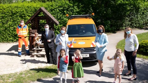 Lieferservice: Die Straßenmeister brachten Schutzausrüstung. Mit dabei: Mikl-Leitner, Teschl-Hofmeister, Schleritzko. (Bild: NLK Pfeiffer)