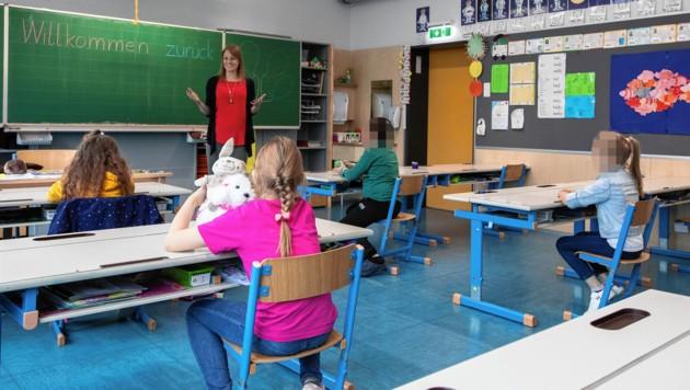Die Abstandsregeln werden in der Volksschule Reichenau eingehalten. (Bild: Christian Forcher)
