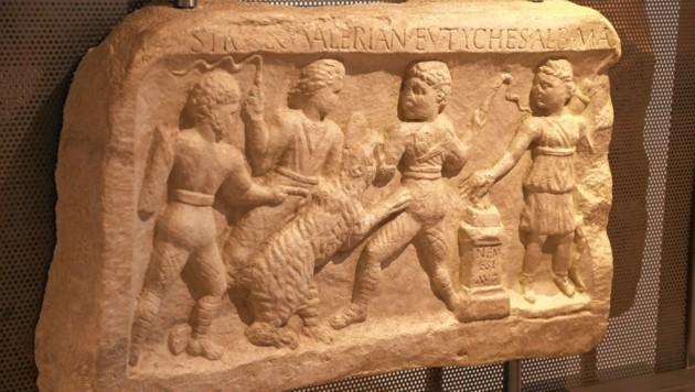 Das Relief zeigt, wie ein Bär mit Peitschen gereizt wird. (Bild: Rojsek-Wiedergut Uta)