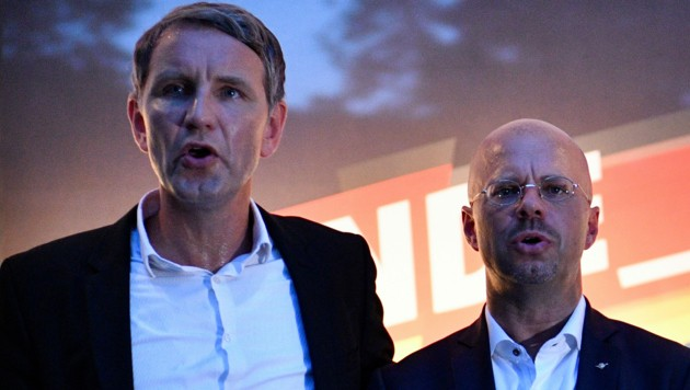 Björn Höcke und Andreas Kalbitz gehören zum rechten Lager der AfD. (Bild: APA/AFP/John MACDOUGALL)
