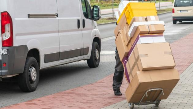 Die Postmitarbeiterinnen bestellten die Waren unter Falschnamen, die Retoursendungen stahlen sie. (Bild: ©Ronald Rampsch - stock.adobe.com)