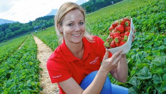 Birgit freut sich auf die frischen, reifen Früchte im Erdbeerland. (Bild: MARKUS TSCHEPP)