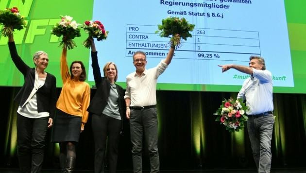 Beim Bundeskongress Anfang Jänner war die grüne Welt noch in Ordnung. Wenige Monate danach ändert sich das Regierungsteam, Ulrike Lunacek (li.) trat nach heftiger Kritik zurück. (Bild: BARBARA GINDL)