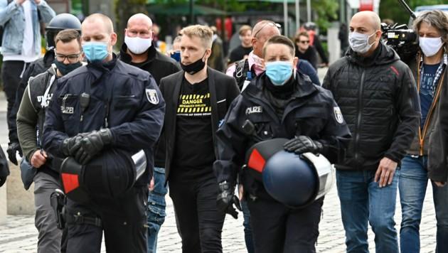 Die Polizei begleitet Oliver Pocher vom Gelände. (Bild: AFP )