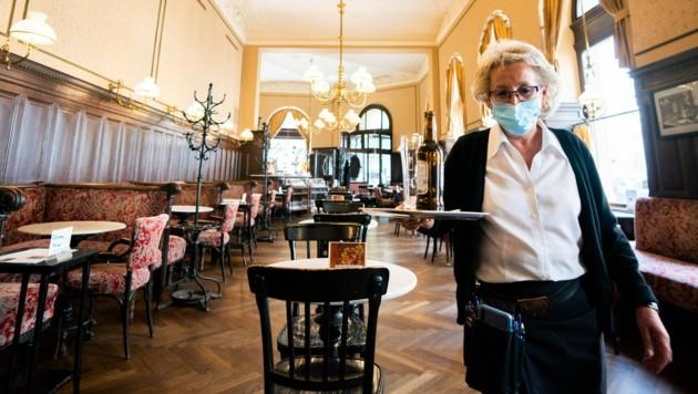 Eine Kellnerin am 16. Mai 2020 im fast leeren Wiener Café Sperl (Bild: APA/GEORG HOCHMUTH)