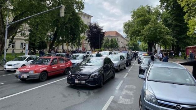 Die Demonstration gegen die Covid-19 Maßnahmen findet mit einem Autocorso statt. (Bild: 5 Minuten)