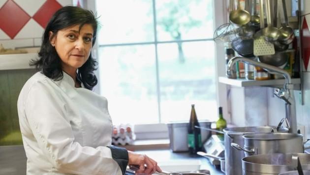 Wirtin Helga Ziegler darf endlich wieder für die Gäste kochen (Bild: Scharinger Daniel)