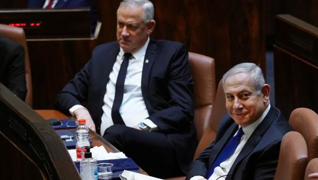 Benjamin Netanyahu bleibt vorerst im Premiersamt. Doch spätestens in eineinhalb Jahren muss er an den Koalitionspartner Benny Gantz übergeben. Vorher beginnt auch noch ein Korruptionsverfahren gegen Netanyahu. (Bild: APA/AFP/KNESSET SPOKESPERSON OFFICE/Adina Valman)