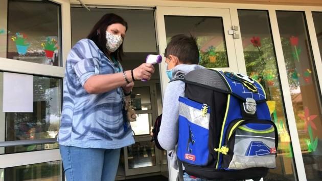 Fieberchecks vor den Schuleingängen: Davon soll nun abgesehen werden.