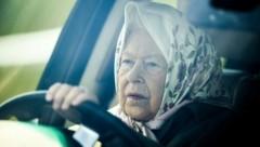 Queen Elizabeth am Steuer (Bild: APA / Daniel LEAL-OLIVAS / AFP)