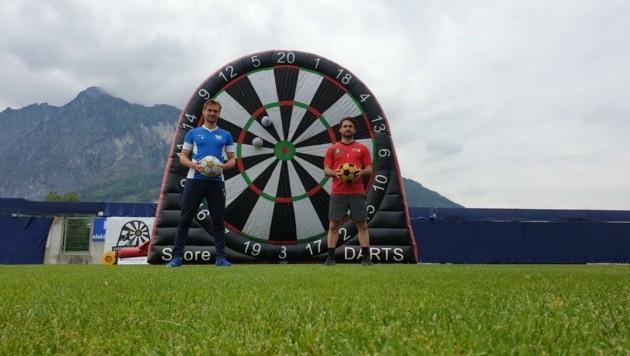 Die Kapitäne Lukas Schubert (Grödig/li.) und Rene Zia (Anif/re.) beim Fußball-Darts. (Bild: SV Grödig)