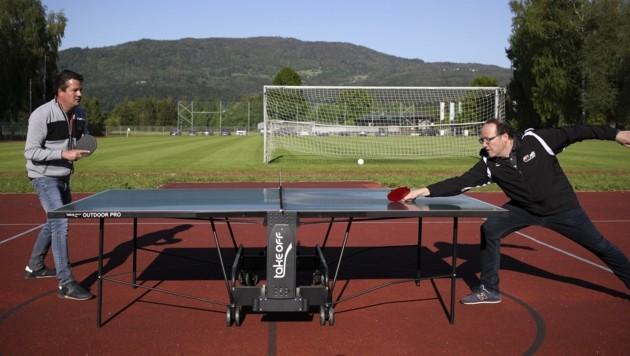 Zu Beginn der Derby-Challenge duellierten sich die Bosse Christian Haas (Grödig/li.) und Norbert Schnöll (Anif/re.) beim Tischtennis. (Bild: Tröster Andreas)