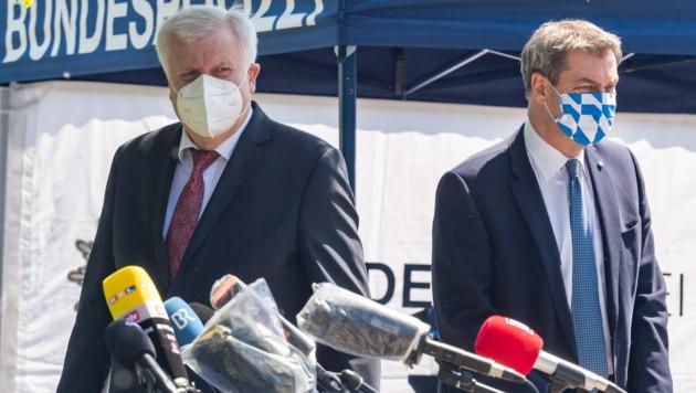 Der deutsche Innenminister Horst Seehofer und der bayerische Ministerpräsident Markus Söder besuchten am Montag den Grenzübergang Freilassing zwischen Deutschland und Österreich. (Bild: APA/DPA/PETER KNEFFEL)