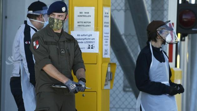 Das Bundesheer hilft neben dem Postverteilungszentrum in Hagenbrunn nun auch in Wien-Inzersdorf aus. (Bild: APA/Robert Jäger)