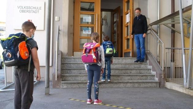 Anstellen für den ersten Schultag: Dir. Martin Schneider war ob der Disziplin der Imster Kids wahrlich begeistert. (Bild: Daum Hubert)