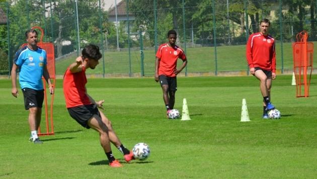 Der Ball rollt wieder in Kapfenberg! KSV-Trainer Kurt Russ (li.) stellte Hütchen auf, damit die Spieler den Abstand einhalten. (Bild: KSV)