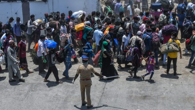 Pendler in Mumbai vor einem Bahnhof (Bild: AFP)