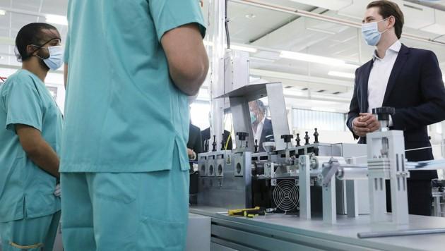 Bundeskanzler Sebastian Kurz besuchte im Mai 2020 die Maskenproduktion der Hygiene Austria. (Bild: APA/BKA/DRAGAN TATIC)