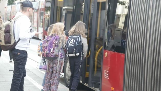 Eine Handvoll Schülerinnen steigt am Terminal in Innsbruck in den Bus ein – vom gewohnten Gewusel ist keine Spur. (Bild: Birbaumer Christof)