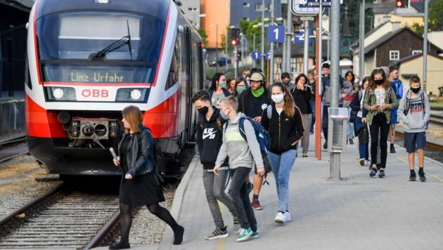 Die LILO Linzer Lokalbahn spuckt am frühen Morgen junge Pendler aus (Bild: © Harald Dostal)