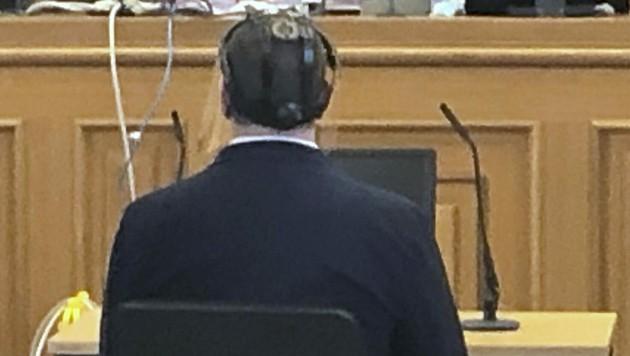 Der Angeklagte vor Gericht (Bild: APA/MONIKA UNEGG)