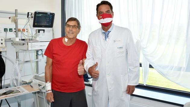 Primarius Reinhard Mittermair mit seinem Patienten. (Bild: KABEG)