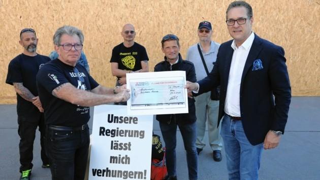 Der berüchtigte Theo Böhm darf sich über 500 Euro von Ex-Vizekanzler Heinz-Christian Strache freuen. (Bild: Die Allianz für Österreich)