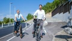 Der Lückenschluss auf der Strecke von Salzburg bis nach Mondsee ist bereits gelungen. Thalgaus Bürgermeister Johann Grubinger (li.) und Landesrat Stefan Schnöll. (Bild: Land Salzburg / Neumayr – Leopold)