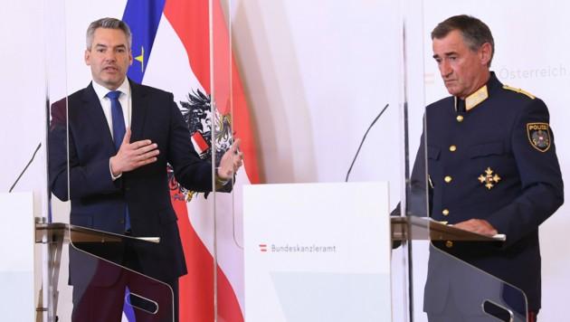 Innenminister Karl Nehammer (ÖVP) und Franz Lang. Der Generaldirektor für die öffentliche Sicherheit ist derzeit auch Leiter des Bundeskriminalamts. (Bild: APA/HELMUT FOHRINGER)