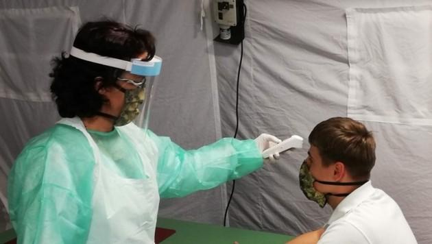 Im Screening-Zelt wird auch Fieber gemessen (Bild: Militärkommando OÖ)