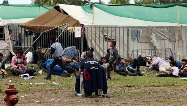 Flüchtlinge und Migranten in einem Flüchtlingslager nahe der an Serbien angrenzenden Stadt Röszke (Bild: APA/AFP/FERENC ISZA)