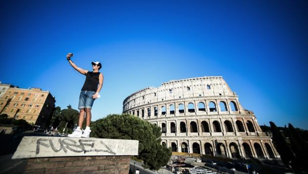 Ein Selfie vor dem Kolosseum (Bild: AFP)