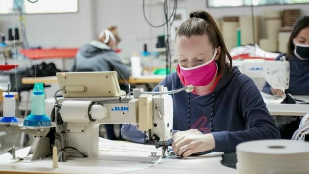 Mehr als 100.000 Masken wurden bei Löffler seit Mitte März hergestellt. Nun wird die Produktion zurückgefahren. (Bild: Daniel Scharinger)