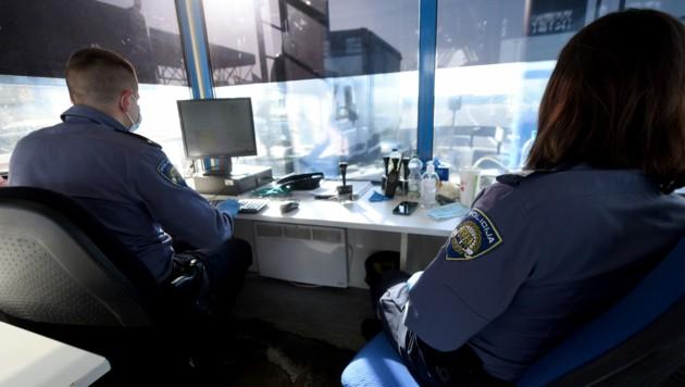 Die kroatische Polizei in Bregana an der kroatisch-slowenischen Grenze (Bild: AFP)