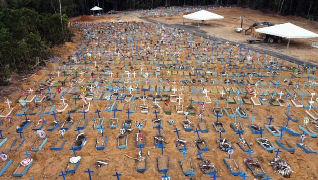 Zahlreiche Gräber am Nossa-Senhora-Aparecida-Friedhof im brasilianischen Manaus (Bild: AFP)