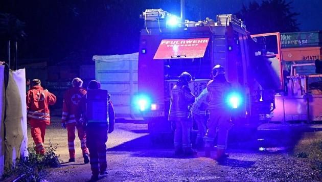 Nächtlicher Einsatz für Florianis und Sanitäter in Vösendorf (Bild: P. Huber)